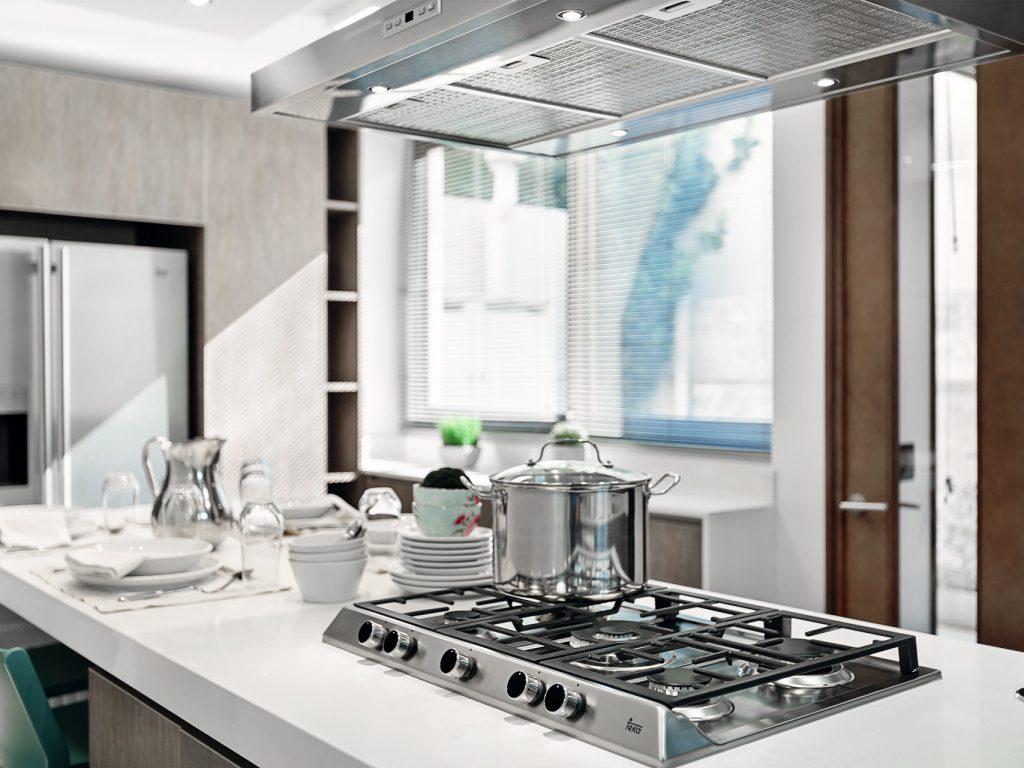 Cocinas con lucarnas y grandes ventanas